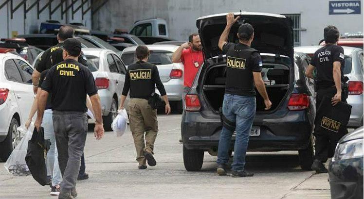 Durante a operação, cinco mandados de prisão e oito de busca e apreensão domiciliar estão sendo cumpridos Foto: JC Imagem